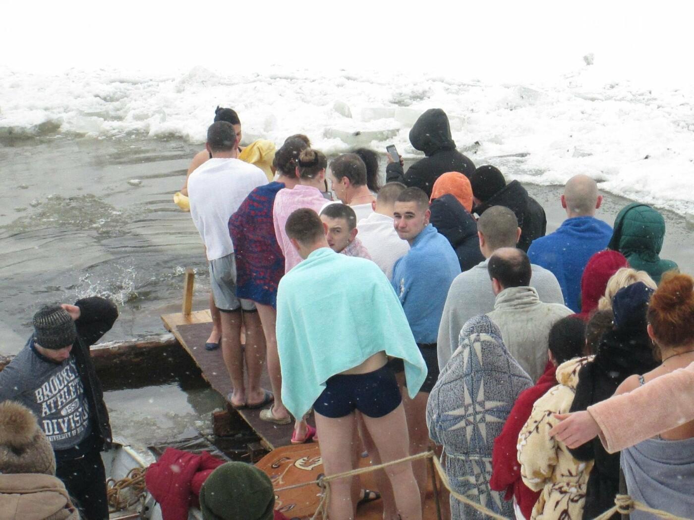 Сотні звягельчан скупались в освяченій воді Случі (ФОТО), фото-1