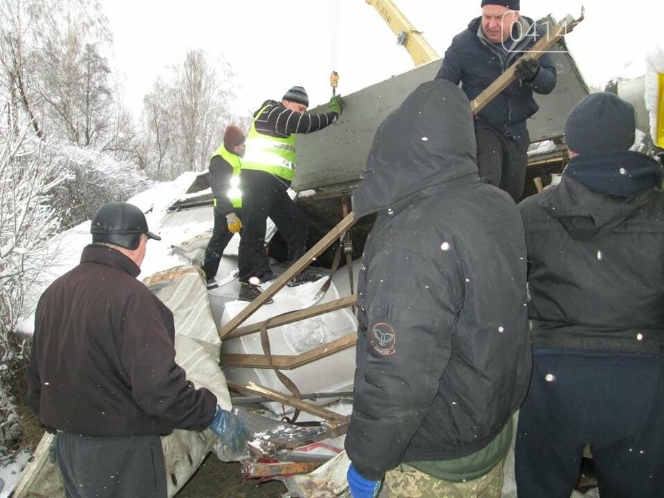 Військові-інженери з Новограда-Волинського допомогли власнику розбитої на трасі вантажівки  (ФОТО), фото-4