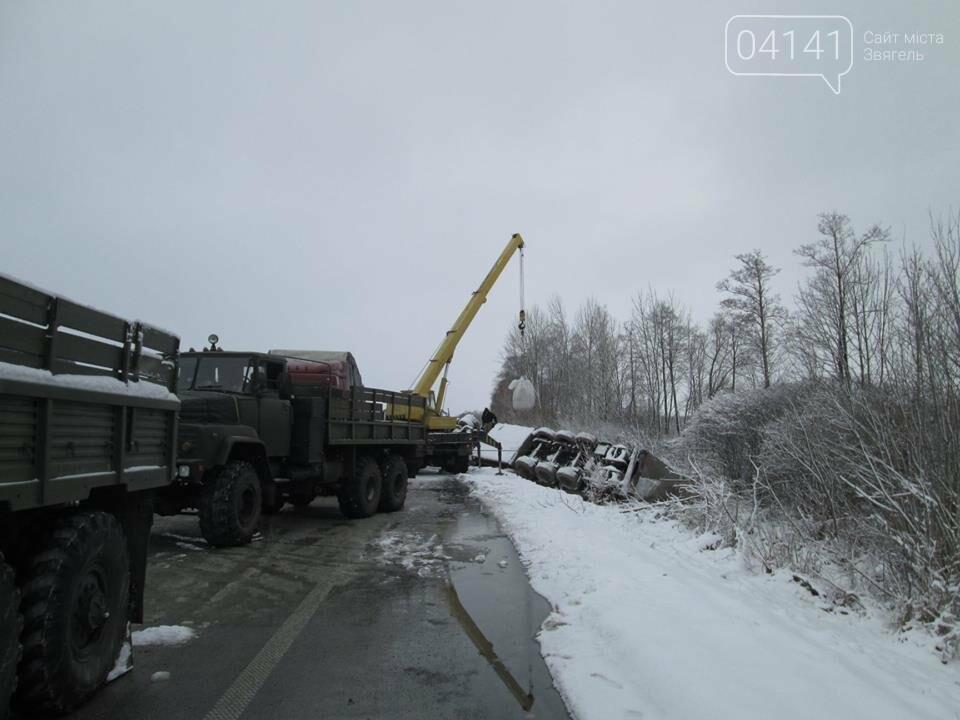 Військові-інженери з Новограда-Волинського допомогли власнику розбитої на трасі вантажівки  (ФОТО), фото-3