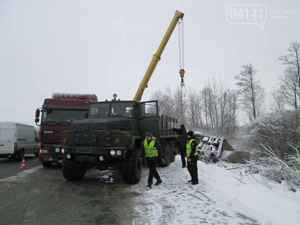 Військові-інженери з Новограда-Волинського допомогли власнику розбитої на трасі вантажівки  (ФОТО), фото-2