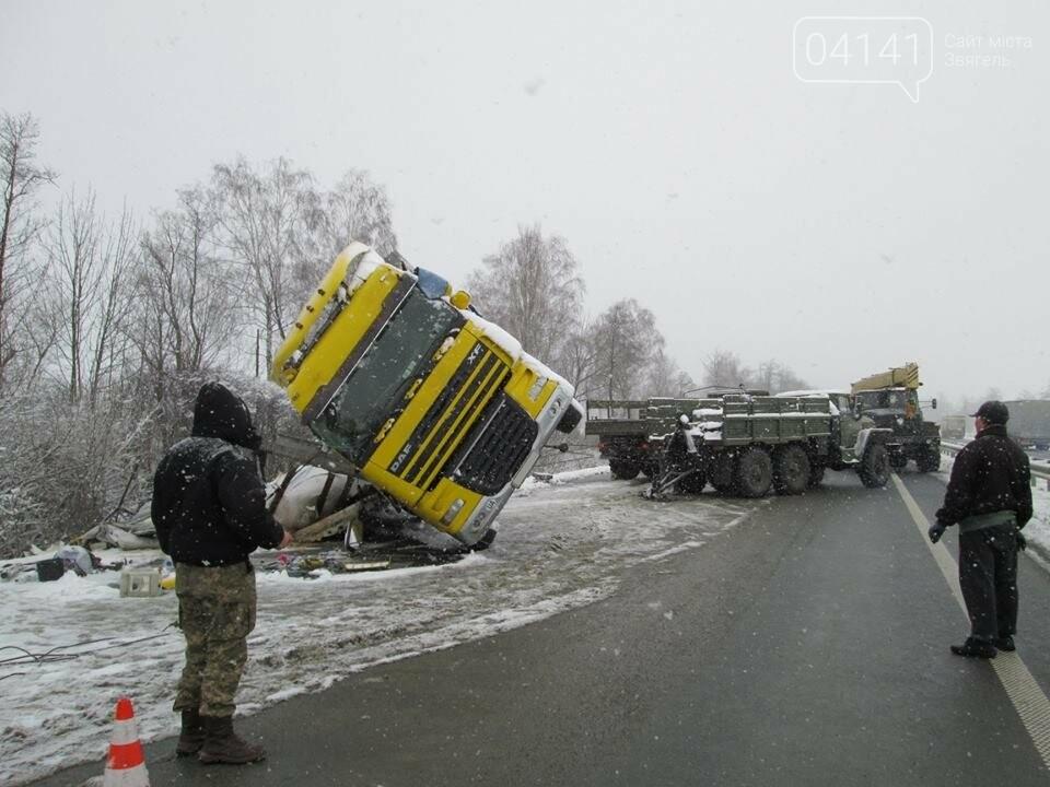 Військові-інженери з Новограда-Волинського допомогли власнику розбитої на трасі вантажівки  (ФОТО), фото-1