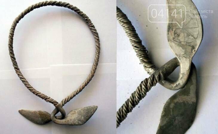 """Жіноча срібна шийна гривна, продана за $2747: """"Чорні археологи"""" вихваляються унікальною знахідкою знайденою у Новоград-Волинському районі, фото-1"""