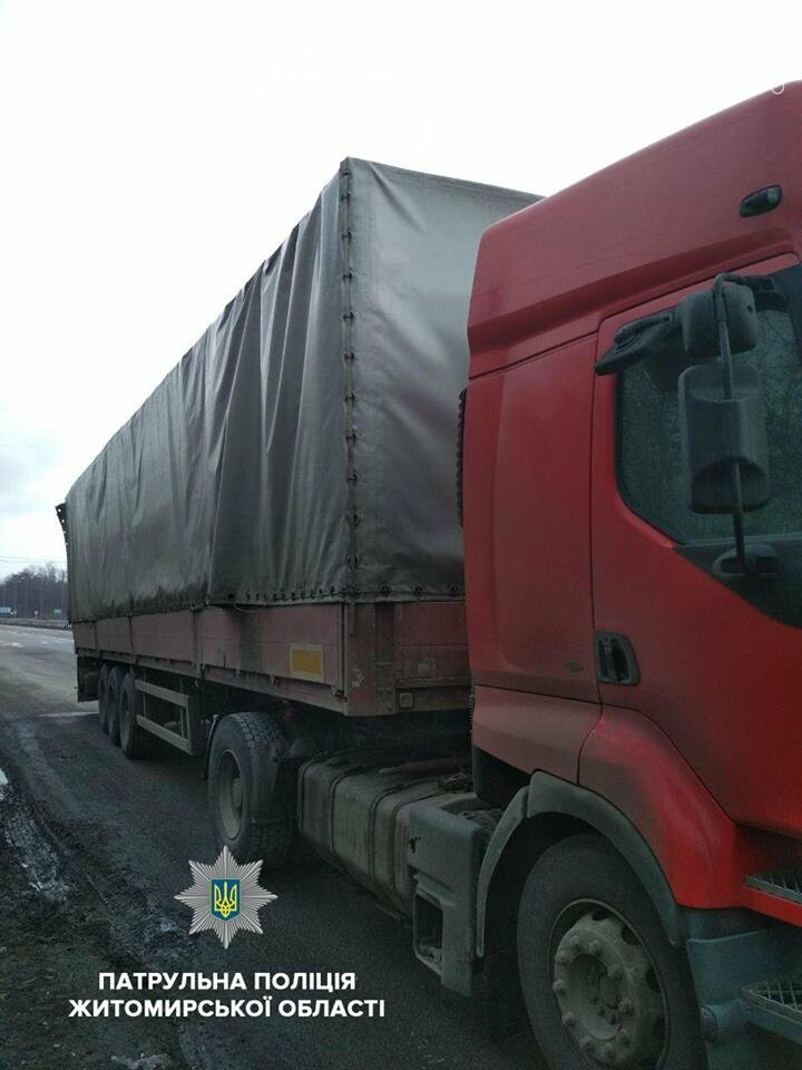 """На посту """"Звягель"""" виявили вантажівку з дубом без документів , фото-1"""