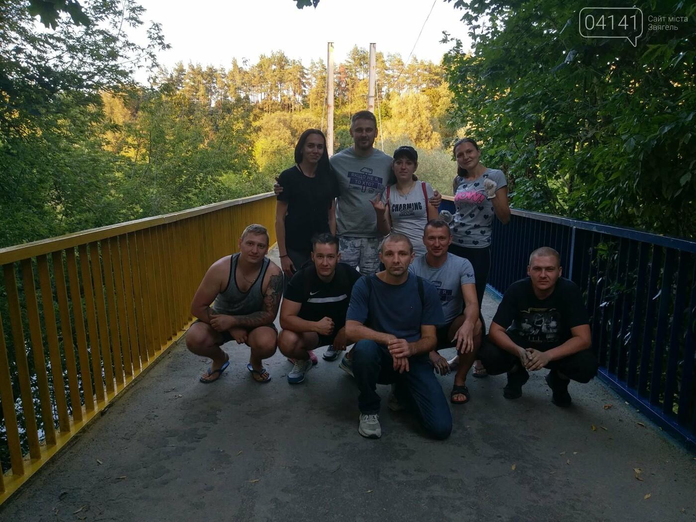 Як у Новограді-Волинському пішохідний міст фарбували (ФОТО) , фото-7