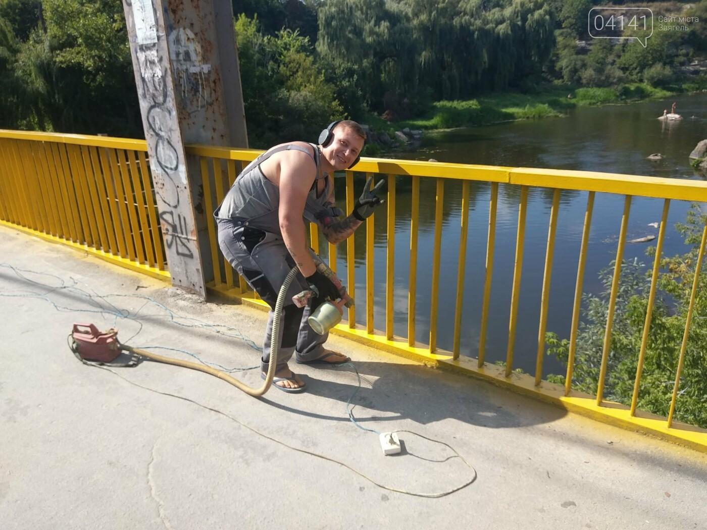 Як у Новограді-Волинському пішохідний міст фарбували (ФОТО) , фото-1