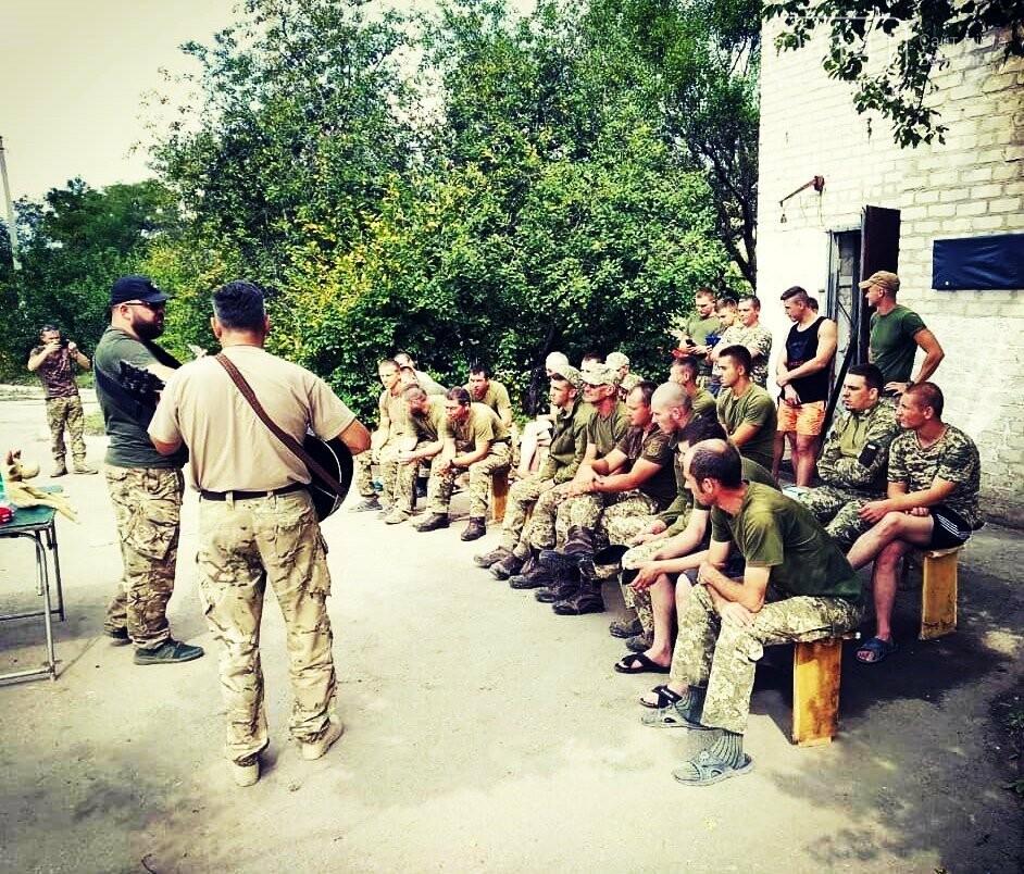 Знизити рівень стресу: До бійців 30-ї бригади завітали музичні гурти , фото-1