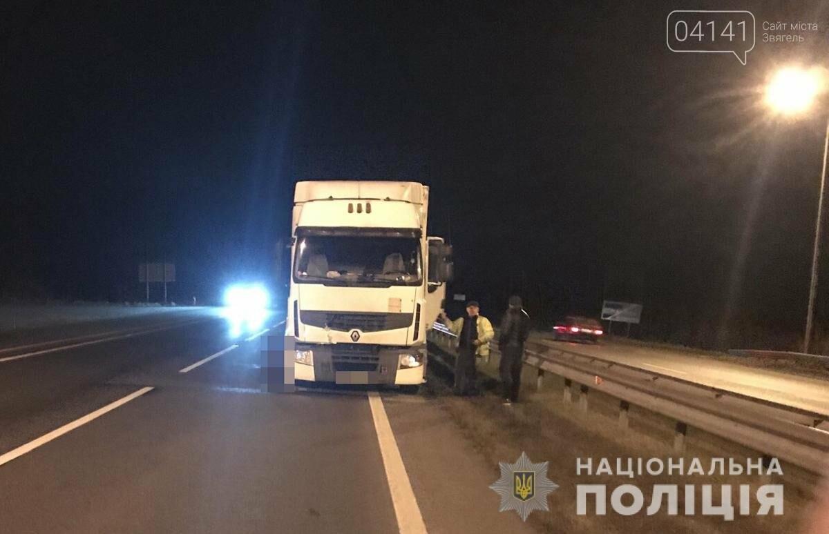 Смертельна ДТП сталася на Новоград-Волинщині, чоловік загинув під колесами вантажівки (ФОТО), фото-1