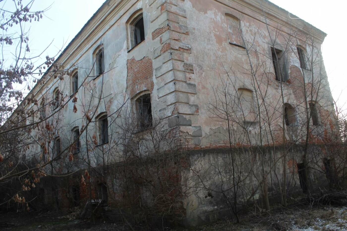 Вітер гуляє: Як сьогодні виглядає найстаріша будівля Новограда-Волинського (ФОТОРЕПОРТАЖ), фото-5