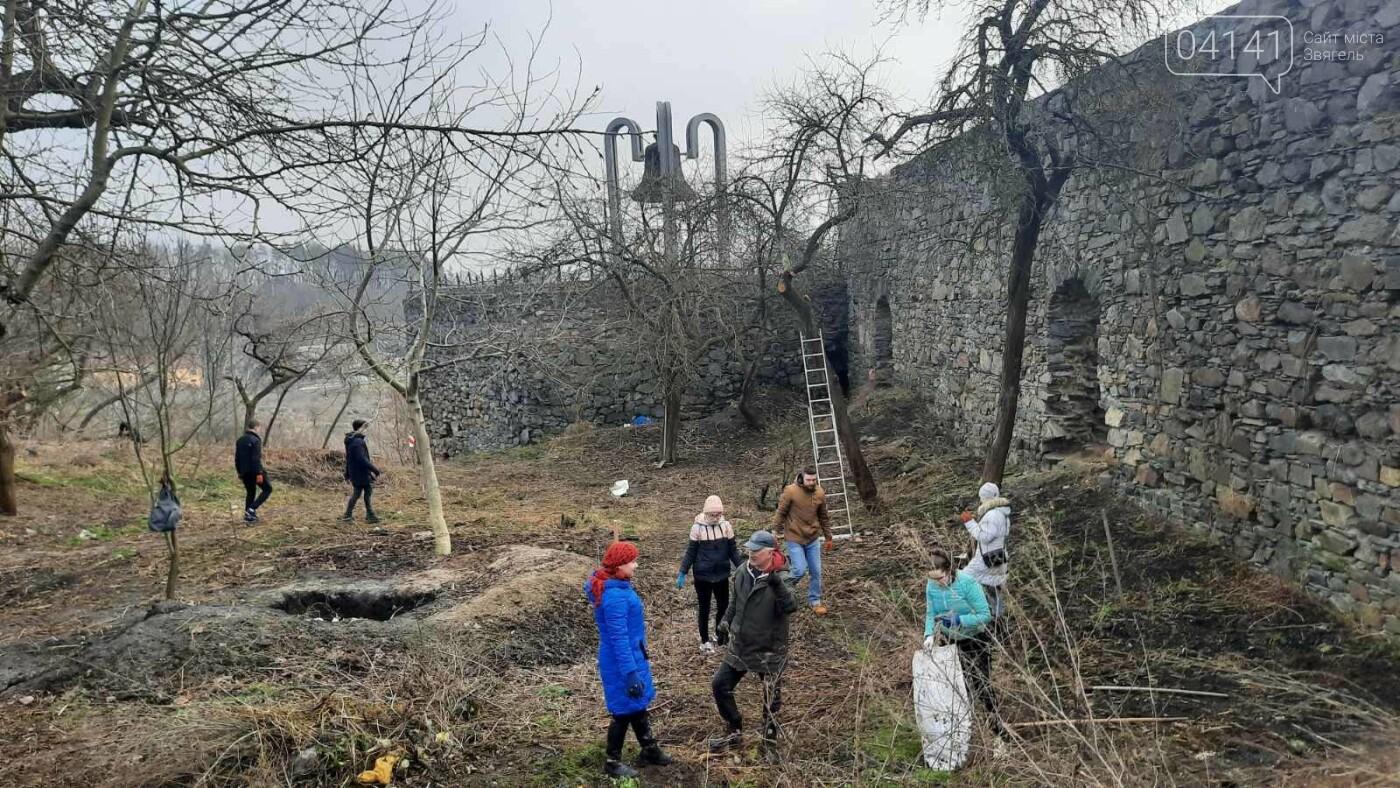Як в Новограді проходить толока з прибирання сміття біля Фортеці (ФОТО), фото-9
