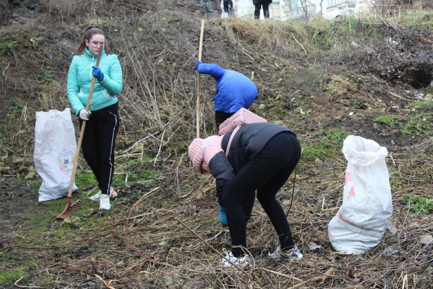 Як в Новограді проходить толока з прибирання сміття біля Фортеці (ФОТО), фото-5