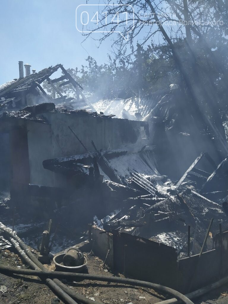У Новограді під час пожежі вогнеборці врятували два житлових будинки, фото-2