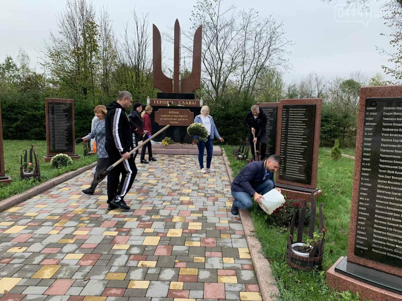 Від слів до дії: У Новограді висадили квіти представники команди «Європейської Солідарності», фото-4
