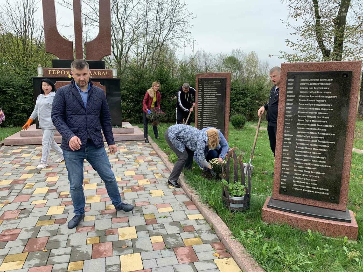 Від слів до дії: У Новограді висадили квіти представники команди «Європейської Солідарності», фото-3