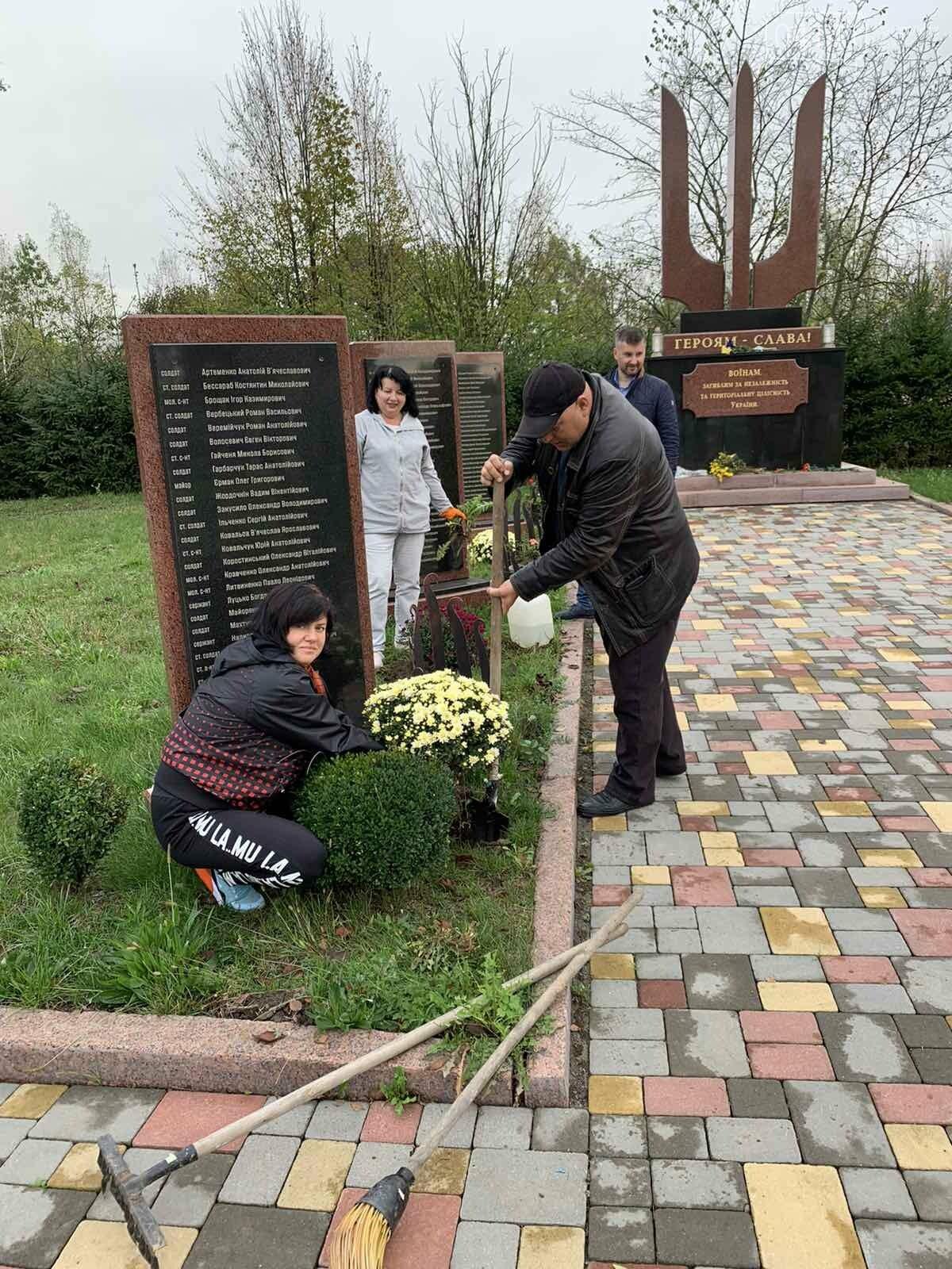 Від слів до дії: У Новограді висадили квіти представники команди «Європейської Солідарності», фото-2