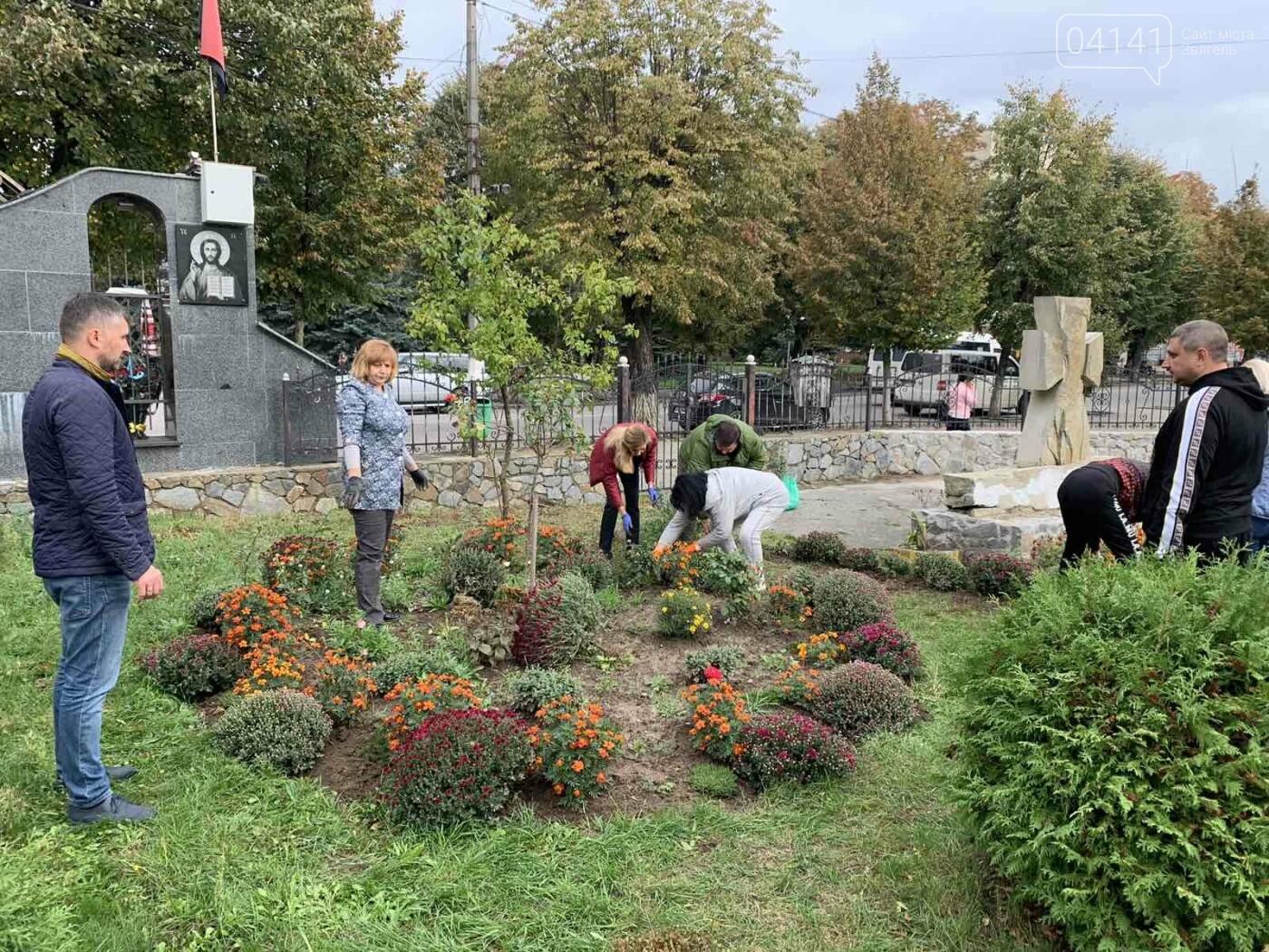 Від слів до дії: У Новограді висадили квіти представники команди «Європейської Солідарності», фото-8