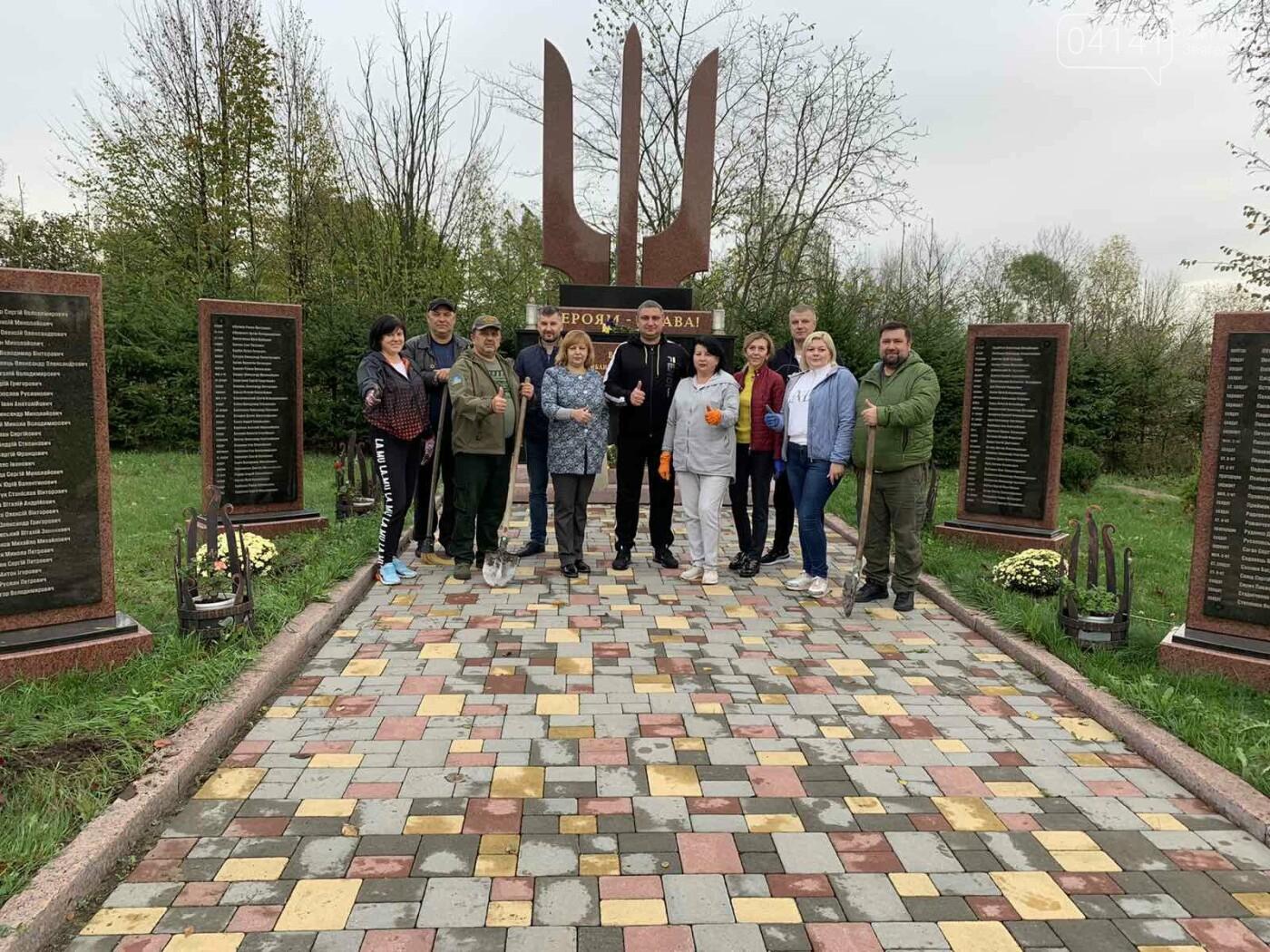 Від слів до дії: У Новограді висадили квіти представники команди «Європейської Солідарності», фото-1