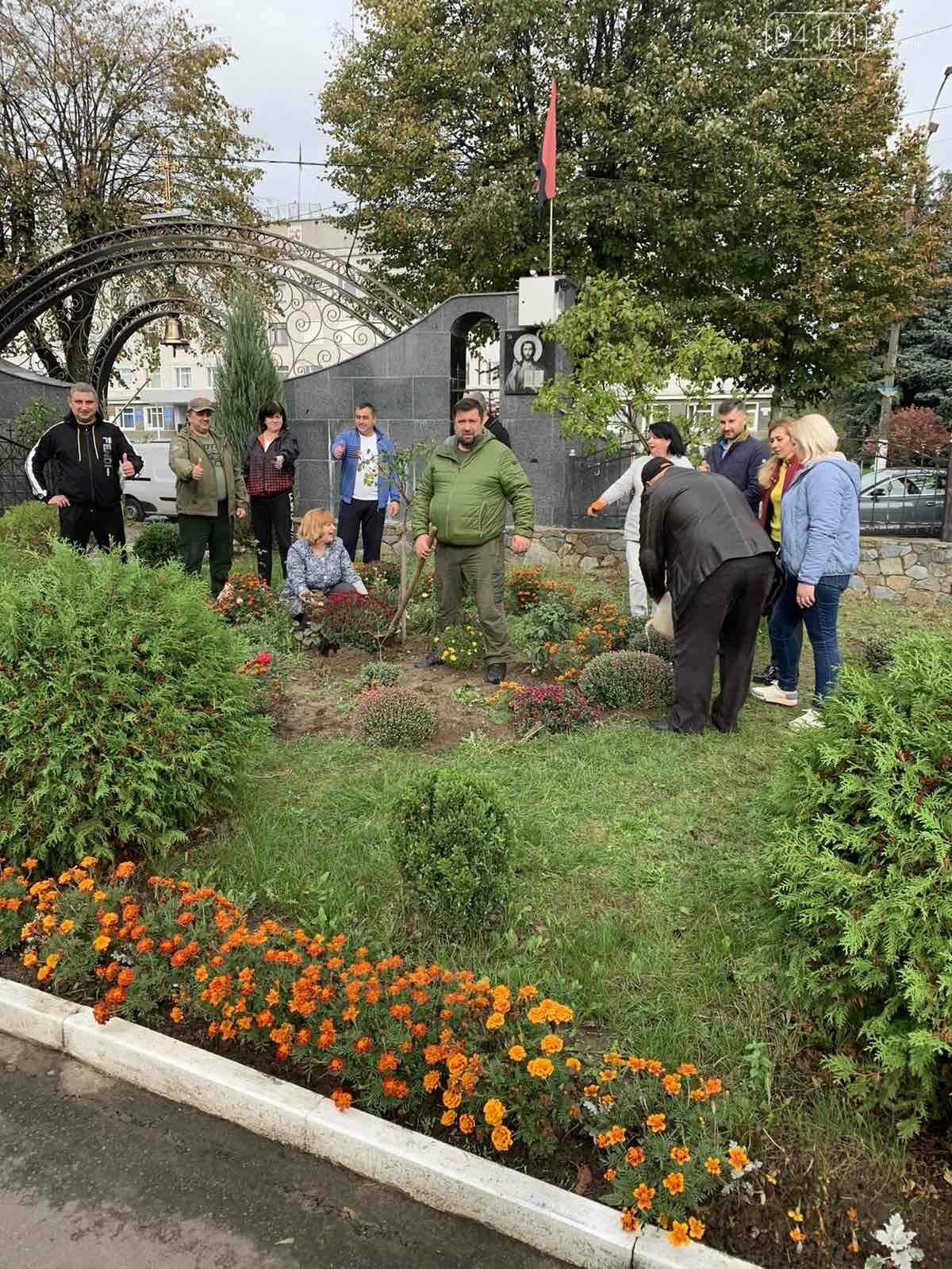 Від слів до дії: У Новограді висадили квіти представники команди «Європейської Солідарності», фото-6