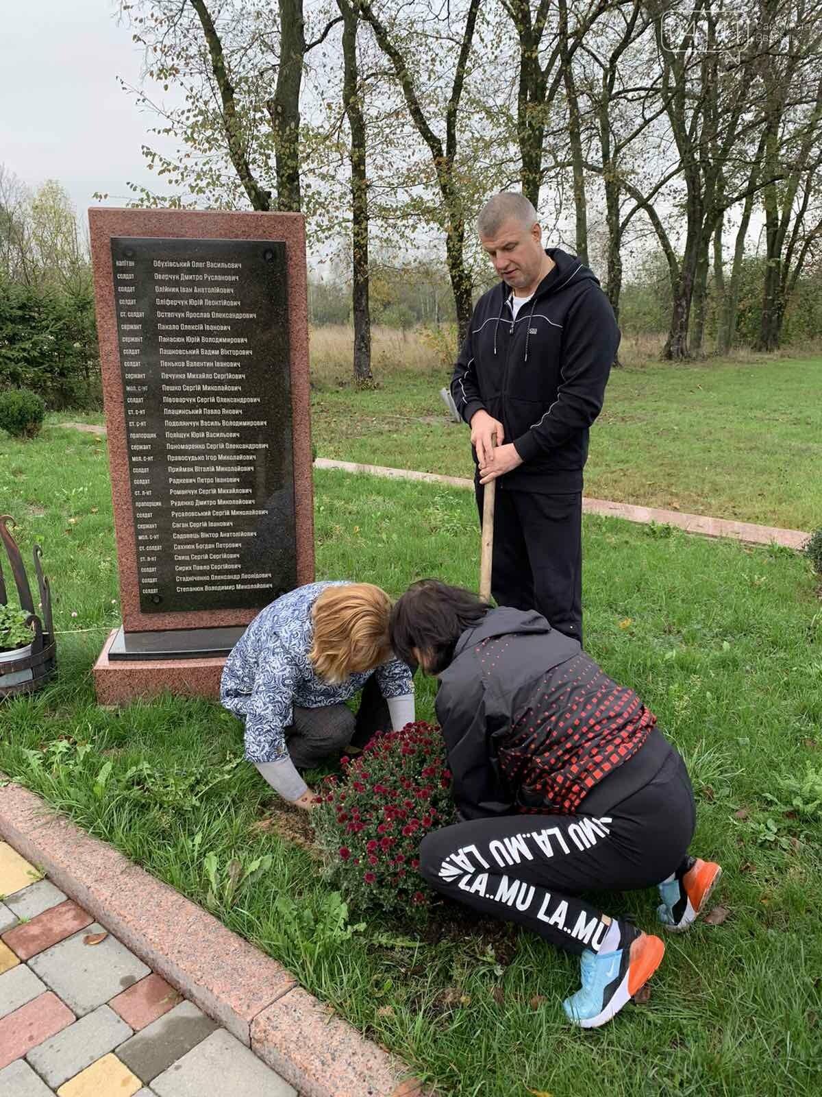 Від слів до дії: У Новограді висадили квіти представники команди «Європейської Солідарності», фото-5