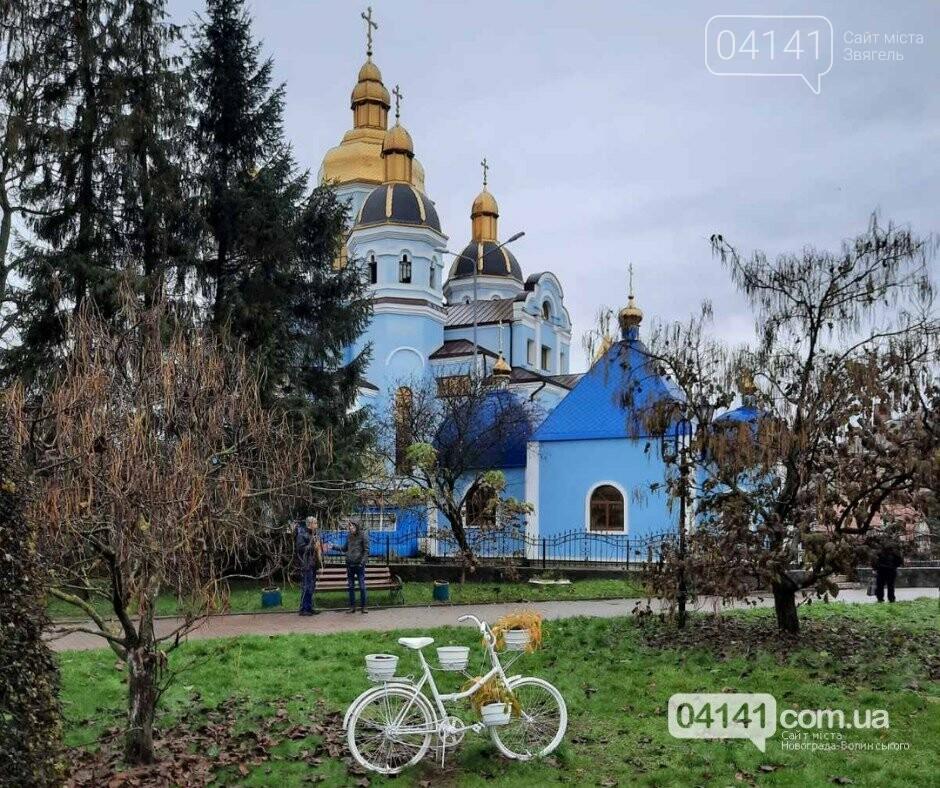 """У Новограді вандали намагалися викрасти місцевий """"артоб'єкт"""" - велосипед, фото-1"""