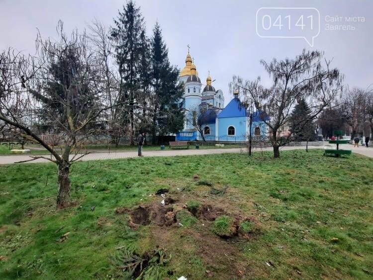 """У Новограді вандали намагалися викрасти місцевий """"артоб'єкт"""" - велосипед, фото-2"""