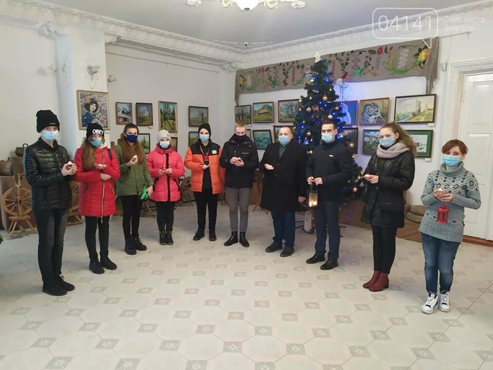 У Новоград передали Вифлеємський Вогонь Миру: Де запалити від лампадки свою свічку, фото-1