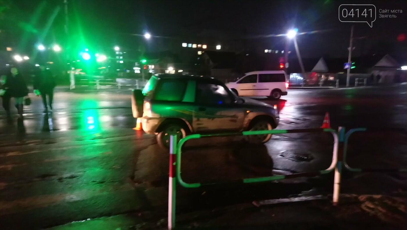 У Новограді літня жінка потрапила під колеса автомобіля, фото-2