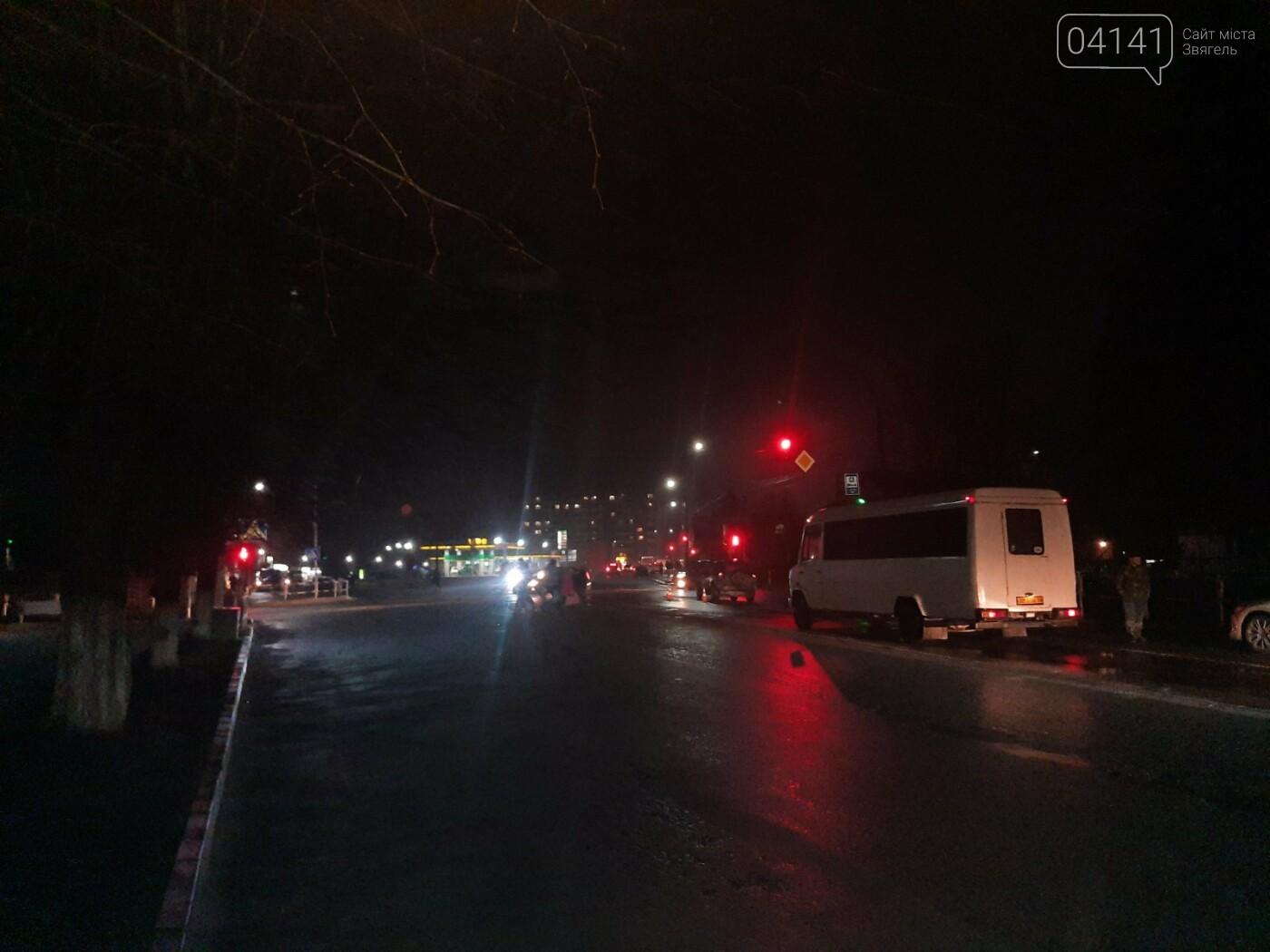 У Новограді літня жінка потрапила під колеса автомобіля, фото-3
