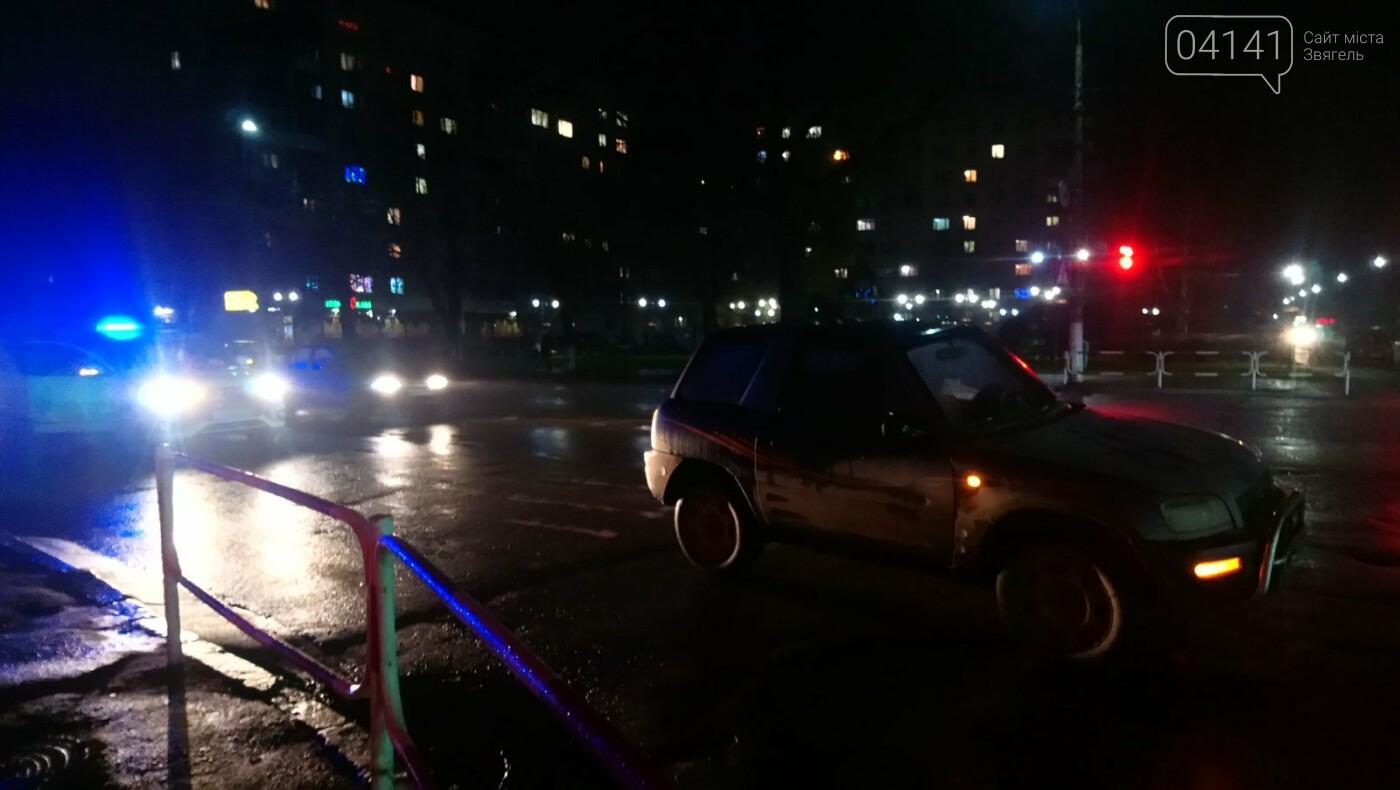 У Новограді літня жінка потрапила під колеса автомобіля, фото-1