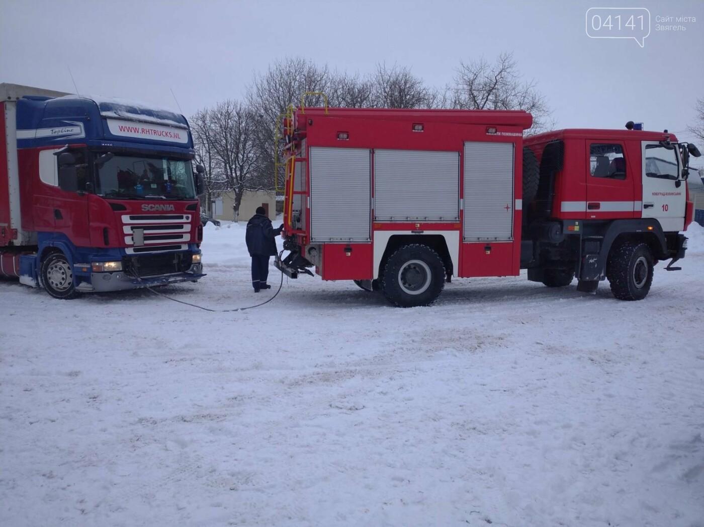 Новоградські рятувальники допомагають водіям вибратися зі снігового полону, фото-1