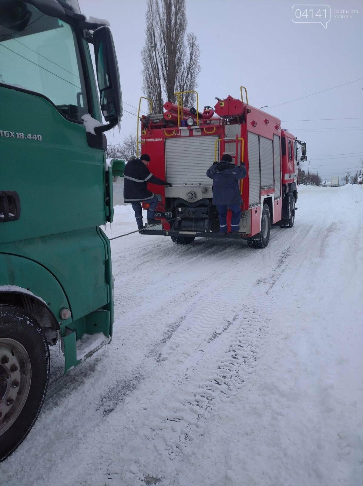 Новоградські рятувальники допомагають водіям вибратися зі снігового полону, фото-4