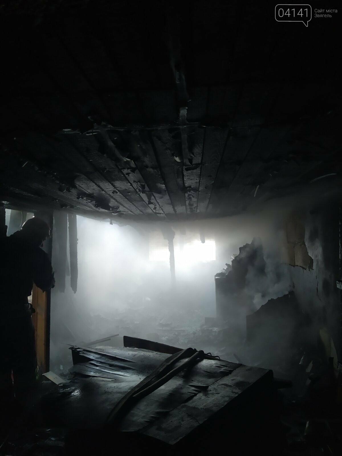 Сьогодні в Новограді горів двоповерховий будинок: Евакуювали 8 людей, фото-1