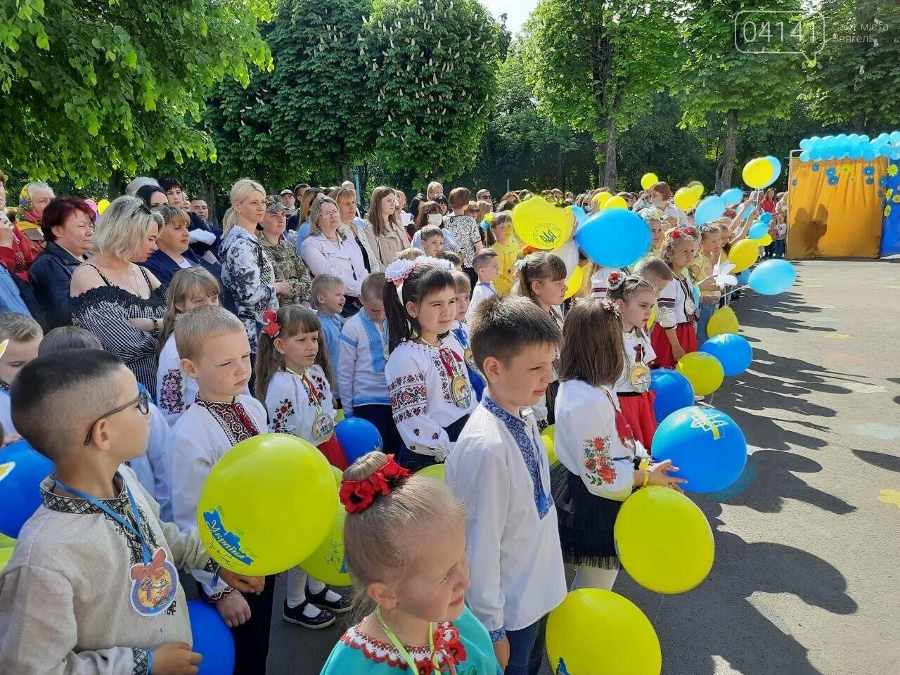 """""""Україна в нас одна"""": Останній дзвоник пролунав у школі №2  Новограда-Волинського, фото-12"""