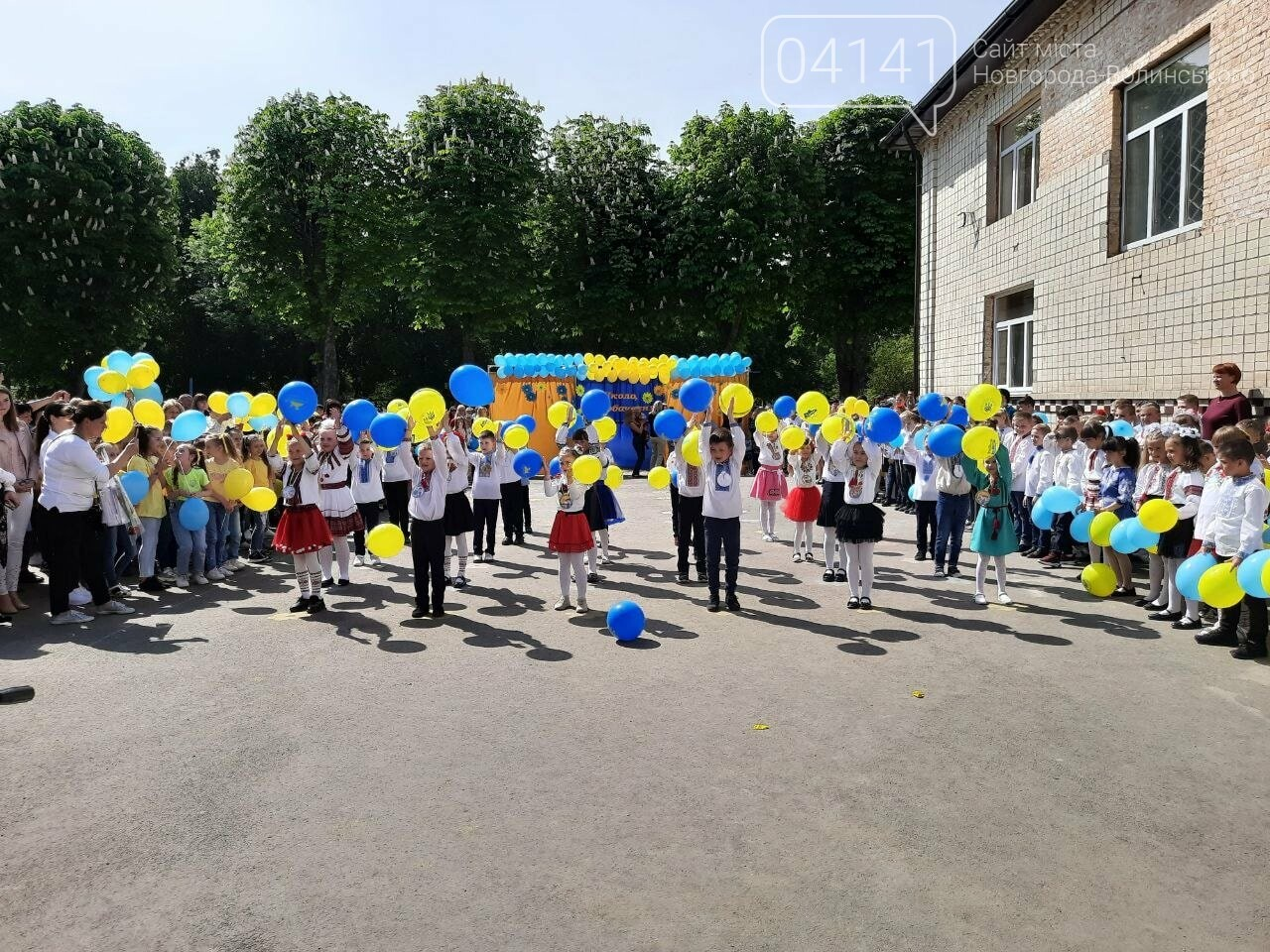"""""""Україна в нас одна"""": Останній дзвоник пролунав у школі №2  Новограда-Волинського, фото-8"""