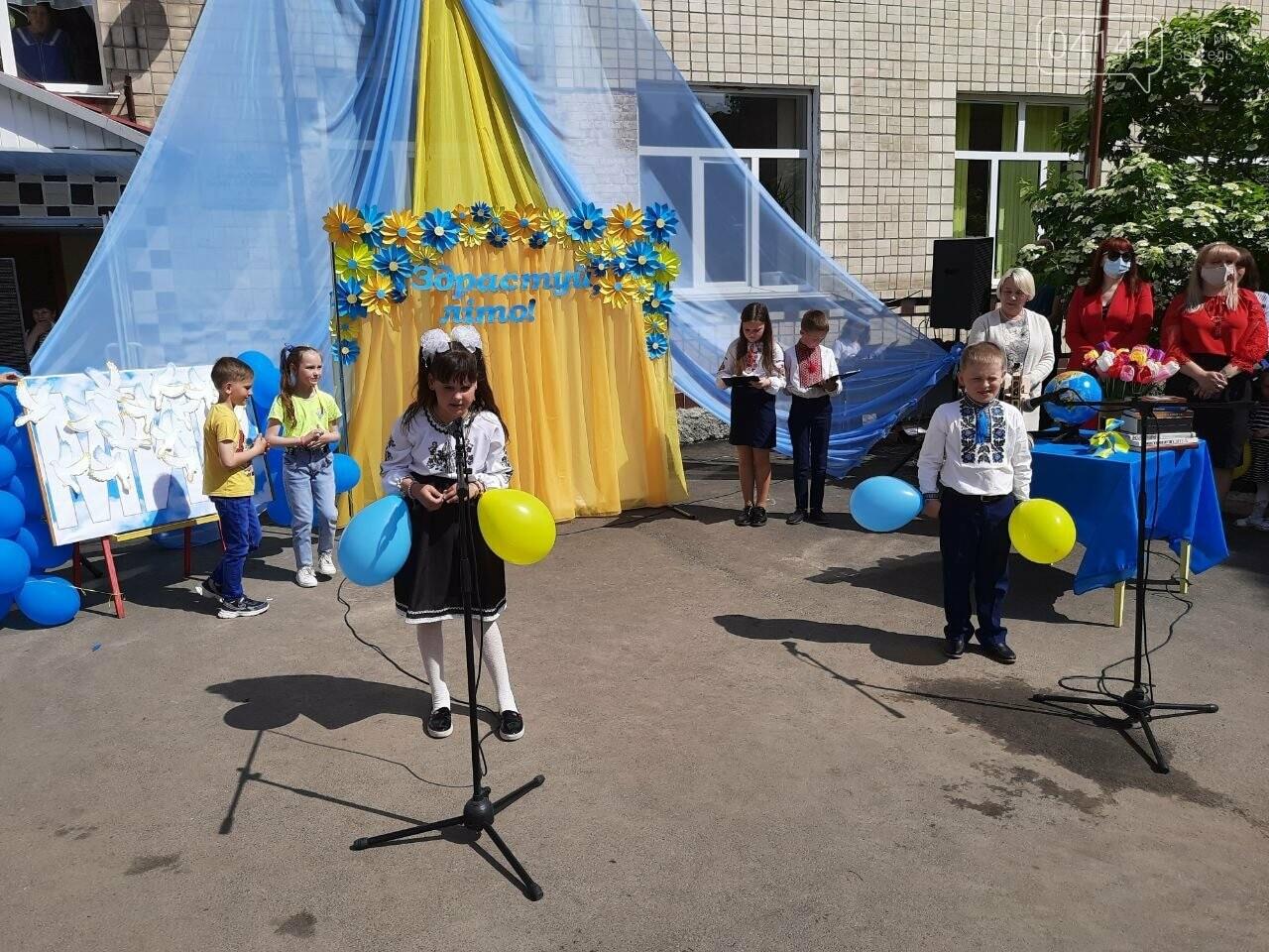 """""""Україна в нас одна"""": Останній дзвоник пролунав у школі №2  Новограда-Волинського, фото-3"""