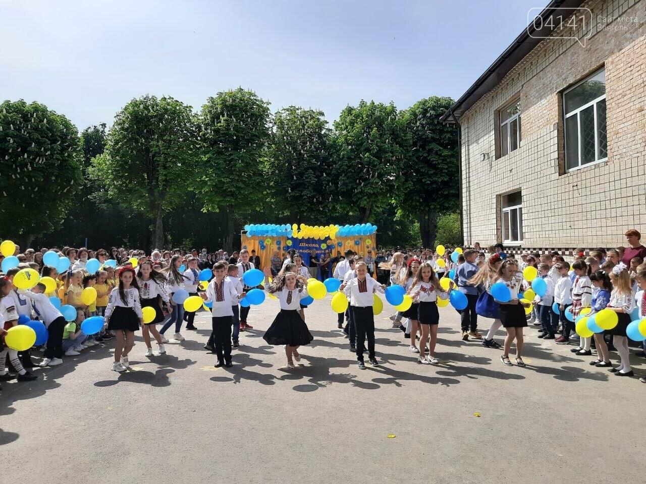 """""""Україна в нас одна"""": Останній дзвоник пролунав у школі №2  Новограда-Волинського, фото-6"""