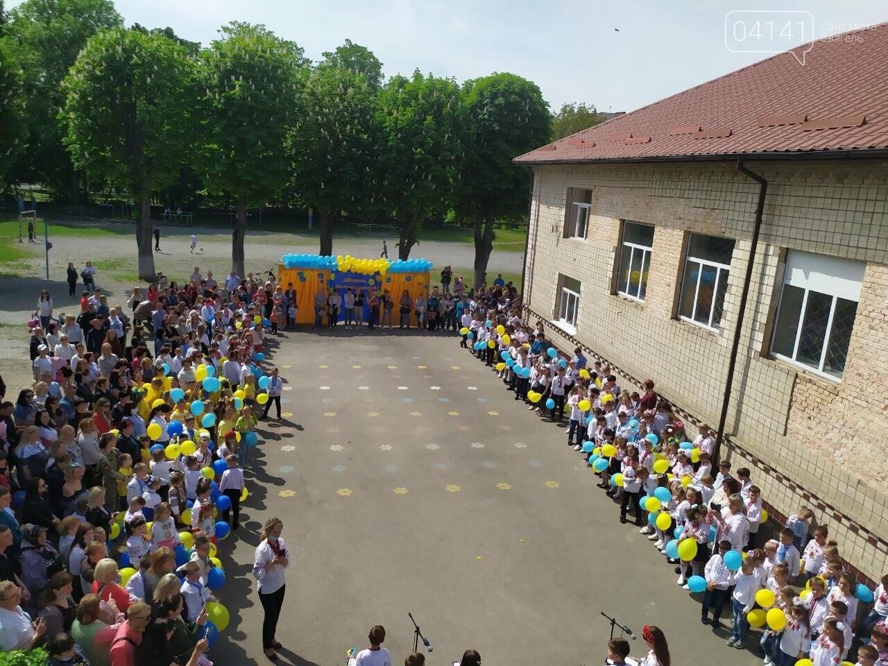 """""""Україна в нас одна"""": Останній дзвоник пролунав у школі №2  Новограда-Волинського, фото-4"""
