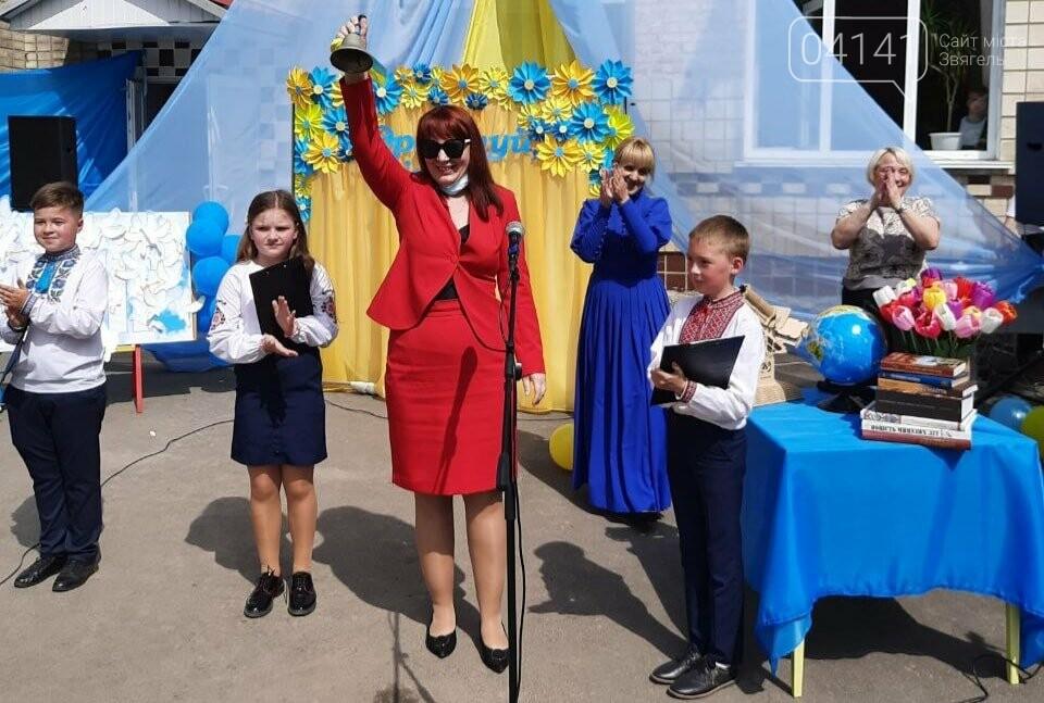 """""""Україна в нас одна"""": Останній дзвоник пролунав у школі №2  Новограда-Волинського, фото-2"""