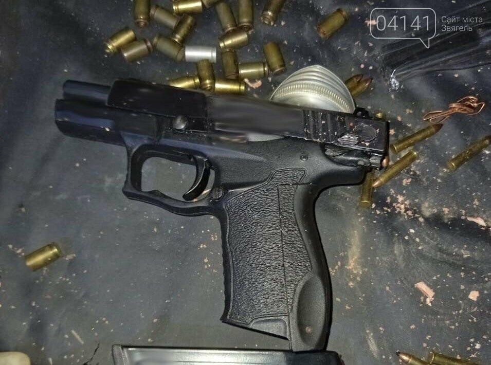 Цілий арсенал зброї вилучили у військового, який поцілив в 9-ти річну дитину в Новоград-Волинському, фото-1