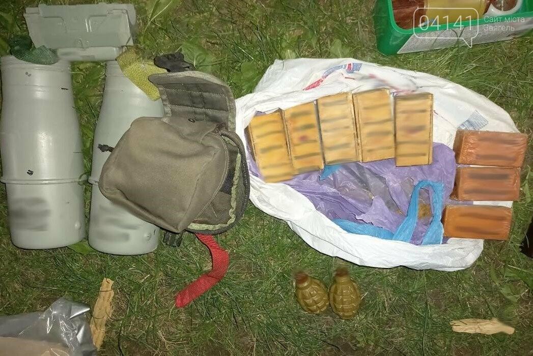 Цілий арсенал зброї вилучили у військового, який поцілив в 9-ти річну дитину в Новоград-Волинському, фото-2
