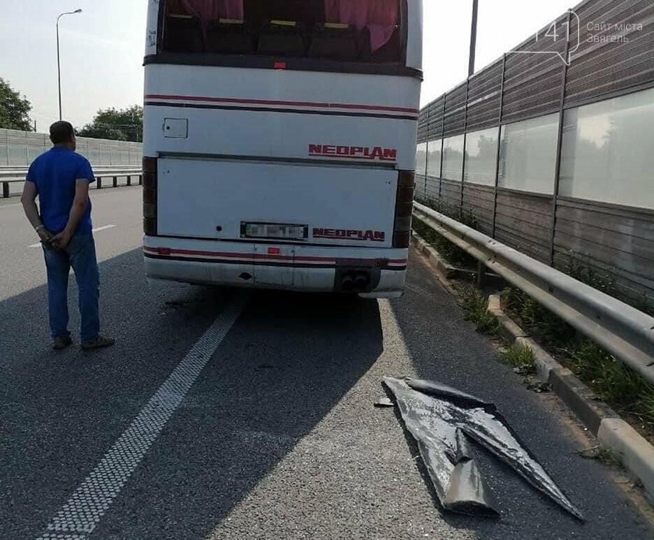 На автодорозі Київ-Чоп вантажівка врізалась у припаркований пасажирський автобус, фото-1