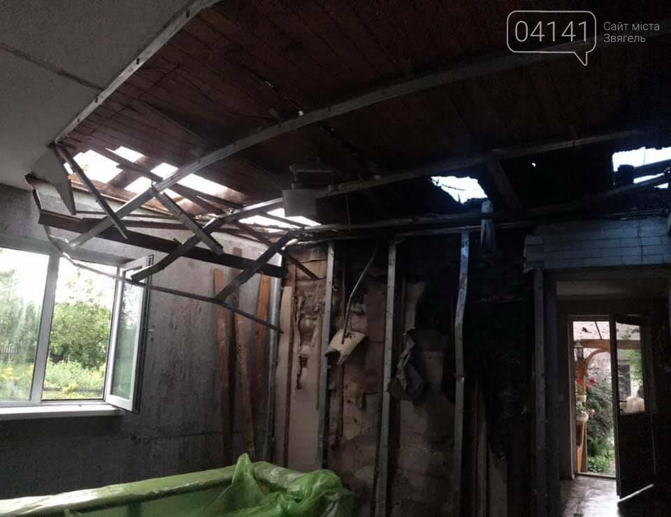 Встановлювали лічильник, згорів дах будинку: На Новоград-Волинщині виникла пожежа, фото-1