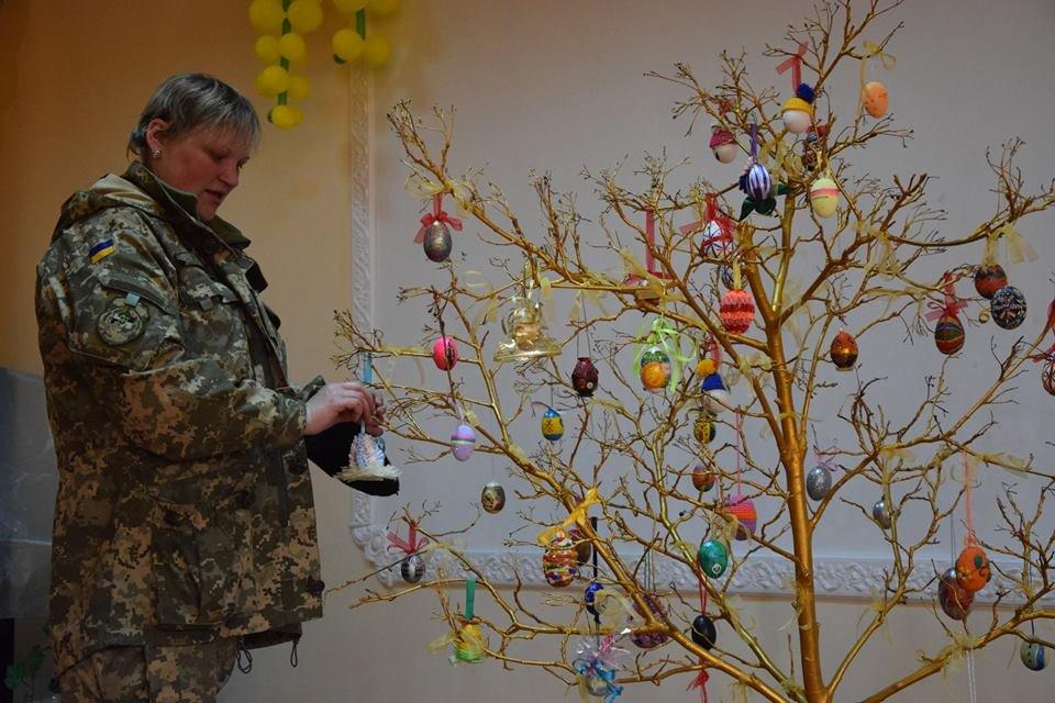 Новоградським військовим діти з прифронтової Мар'їнки вручили подарунки до Великодня , фото-2