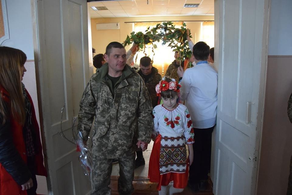 Новоградським військовим діти з прифронтової Мар'їнки вручили подарунки до Великодня , фото-4