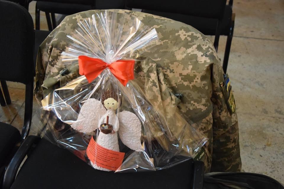 Новоградським військовим діти з прифронтової Мар'їнки вручили подарунки до Великодня , фото-3