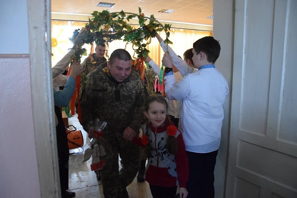 Новоградським військовим діти з прифронтової Мар'їнки вручили подарунки до Великодня , фото-5