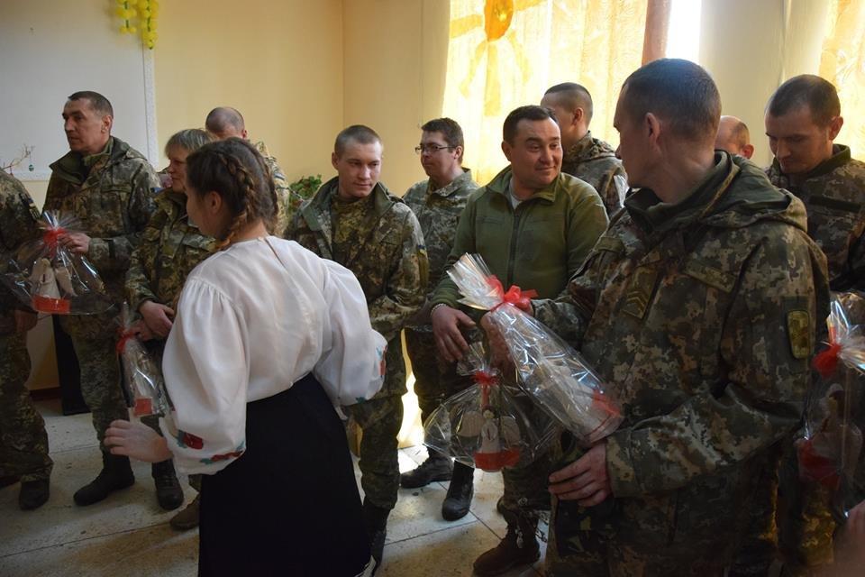 Новоградським військовим діти з прифронтової Мар'їнки вручили подарунки до Великодня , фото-8
