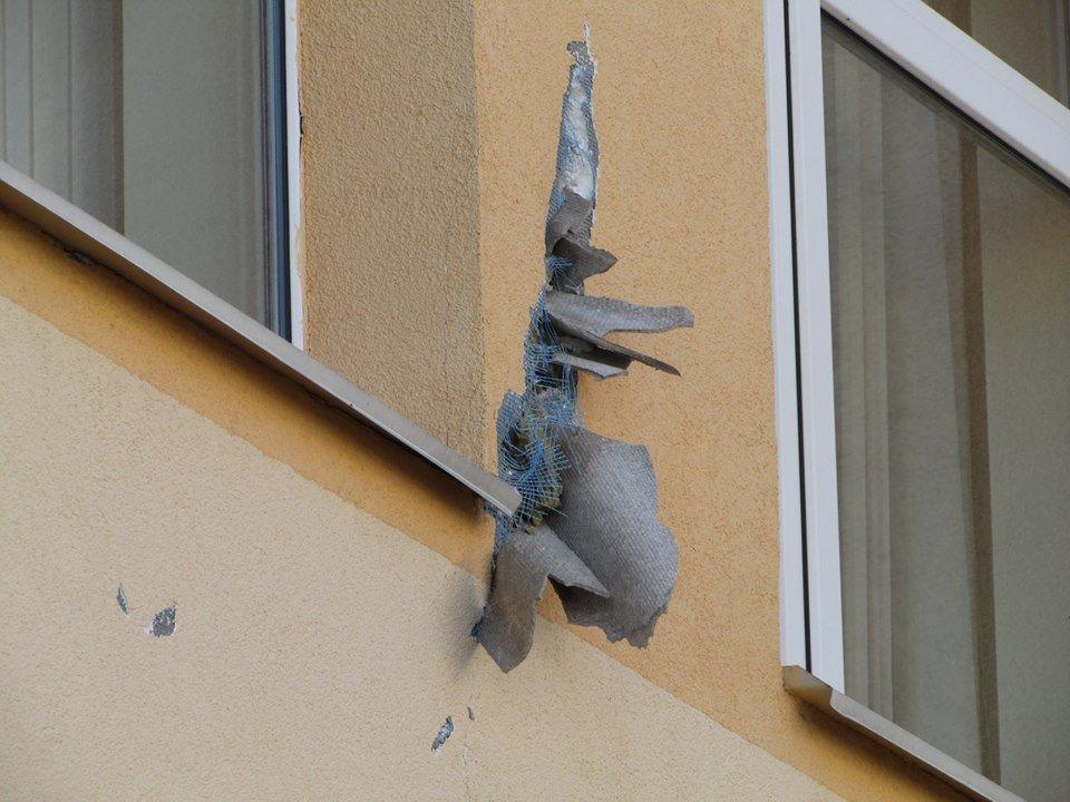 У Новограді-Волинському шквальний вітер завдав пошкоджень ЗОШ №8 та позривав дахи з будинків, фото-3