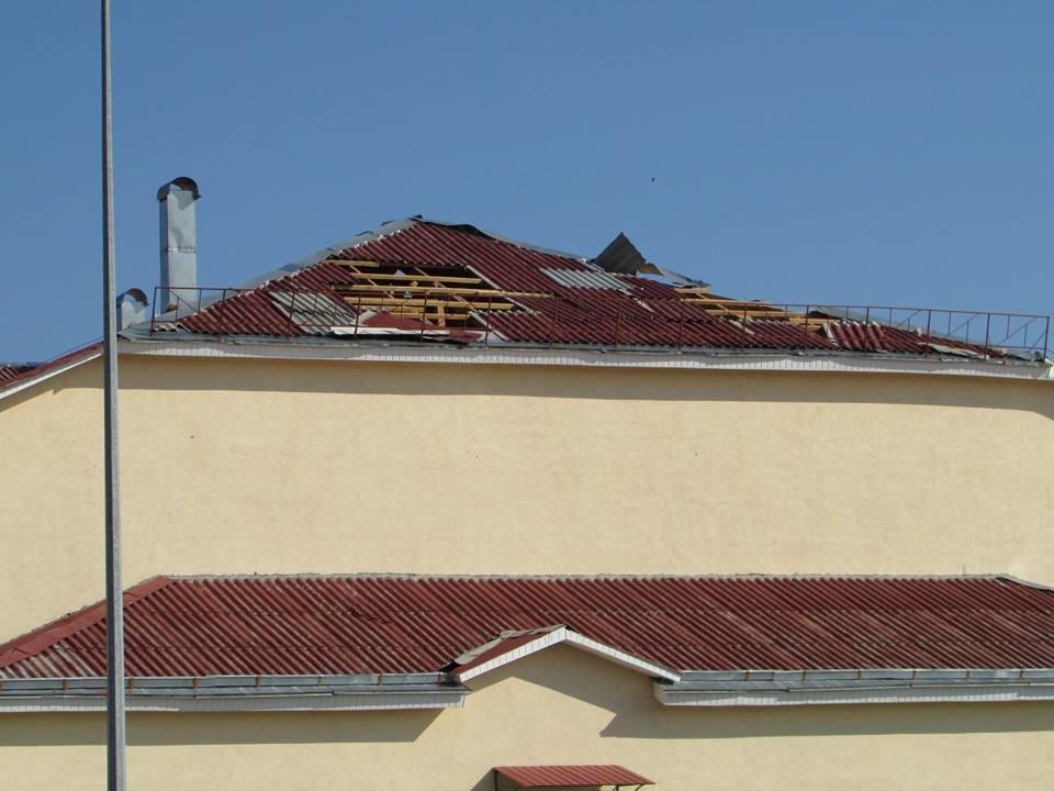 У Новограді-Волинському шквальний вітер завдав пошкоджень ЗОШ №8 та позривав дахи з будинків, фото-1