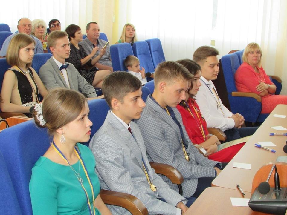 У Новограді-Волинському урочисто вручили золоті та срібні медалі випускникам закладів загальної середньої освіти міста, фото-7