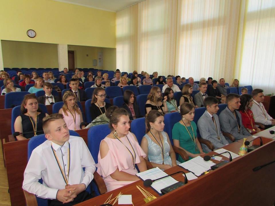 У Новограді-Волинському урочисто вручили золоті та срібні медалі випускникам закладів загальної середньої освіти міста, фото-9